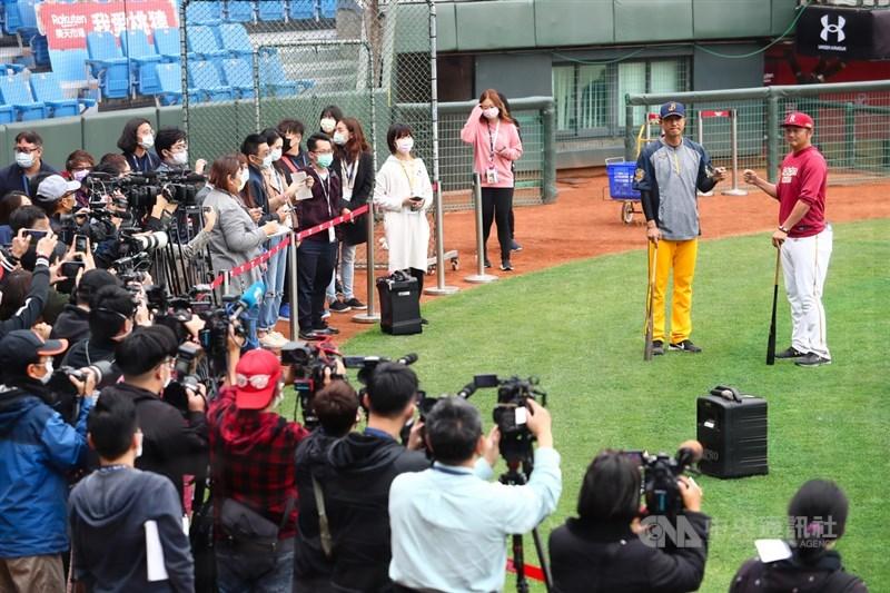 中華職棒31年球季11日將在桃園棒球場閉門開打,是目前全球唯一能開打的職棒賽事,吸引外媒駐台記者包括美聯社、法新社等到場採訪,台灣平面、網路、電視媒體申請採訪人數也突破百人,球場邊特別設立採訪區,讓受訪者與媒體保持一定距離。中央社記者王騰毅攝 109年4月11日