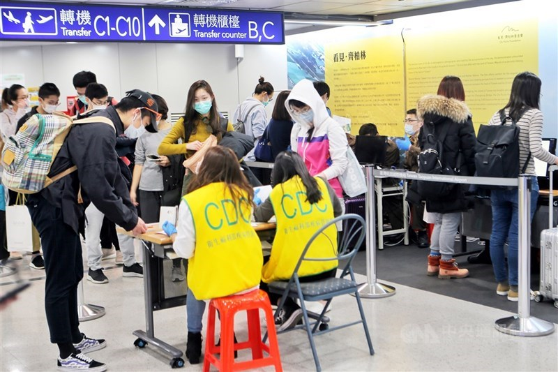 疫情指揮中心14日宣布,自台灣時間4月18日零時起,入境民眾過去14天(台灣時間4月4日零時起)如有歐洲、美洲地區旅遊史返國先通報。圖為民眾排隊在桃園機場做入境相關檢查。(中央社檔案照片)