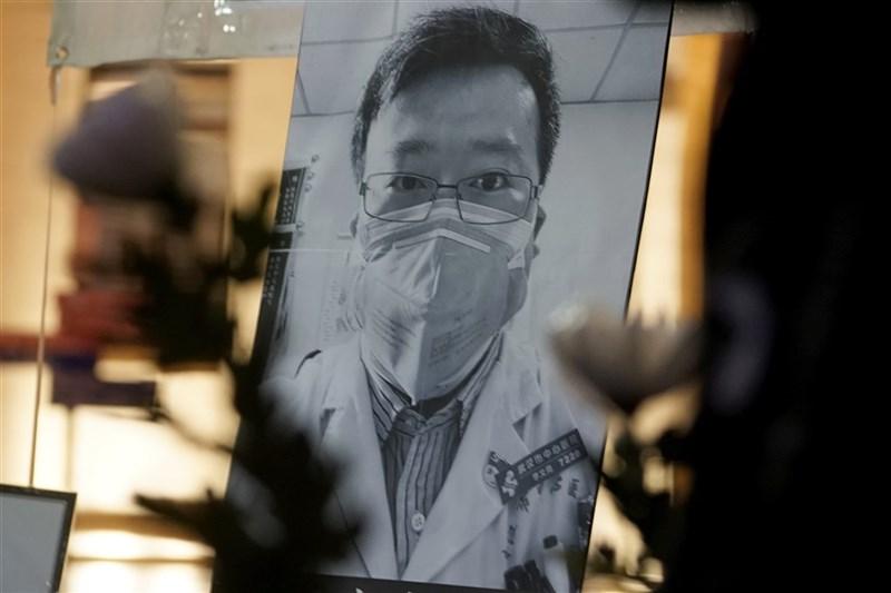 中國大陸網友30日再齊聚於已故眼科醫生李文亮的微博,悼念這位2019冠狀病毒疾病疫情「吹哨人」。圖為2月李文亮追思活動。(美聯社)