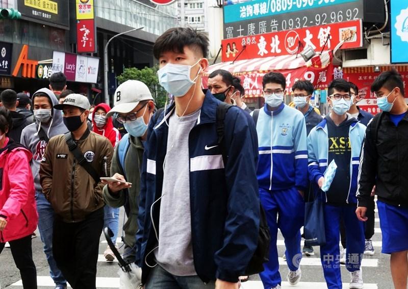 美國有線電視新聞網網站刊登專文,介紹台灣防疫情況。圖為桃園市民假日上街也都戴上口罩。(中央社檔案照片)