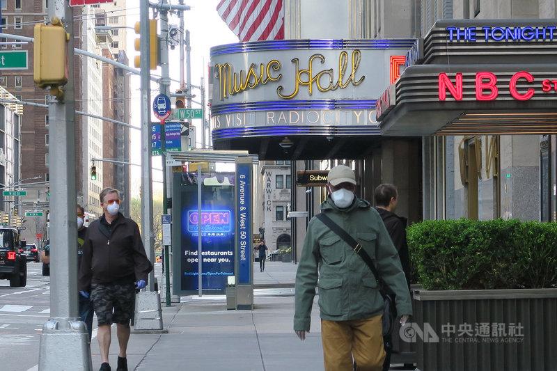 為壓制武漢肺炎疫情,紐約州政府下令民眾在無法保持6英尺(約183公分)距離的公共場合以口罩等方式遮住口鼻。圖為曼哈頓第六大道行人配戴口罩。中央社記者尹俊傑紐約攝  109年4月19日