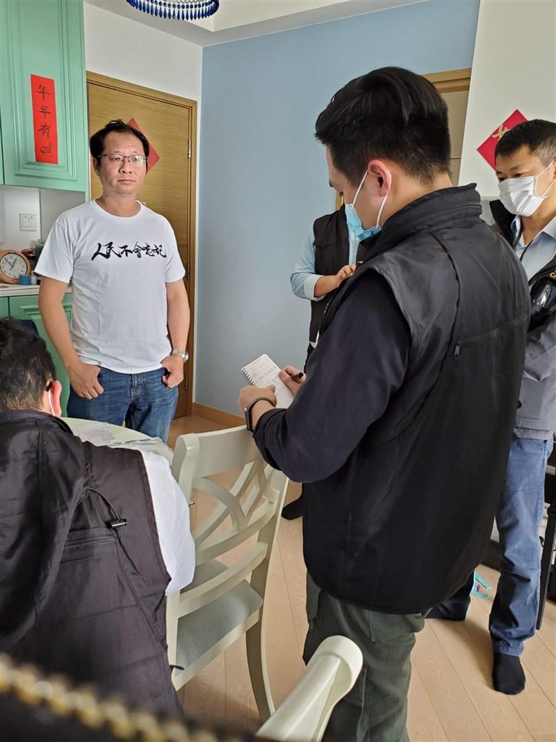 香港警方18日拘捕14名泛民人士,指他們涉嫌於去年8至10月間參加非法集結;圖為支聯會祕書蔡耀昌(左)在家中被捕。(蔡耀昌提供)中央社記者張謙香港傳真 109年4月18日