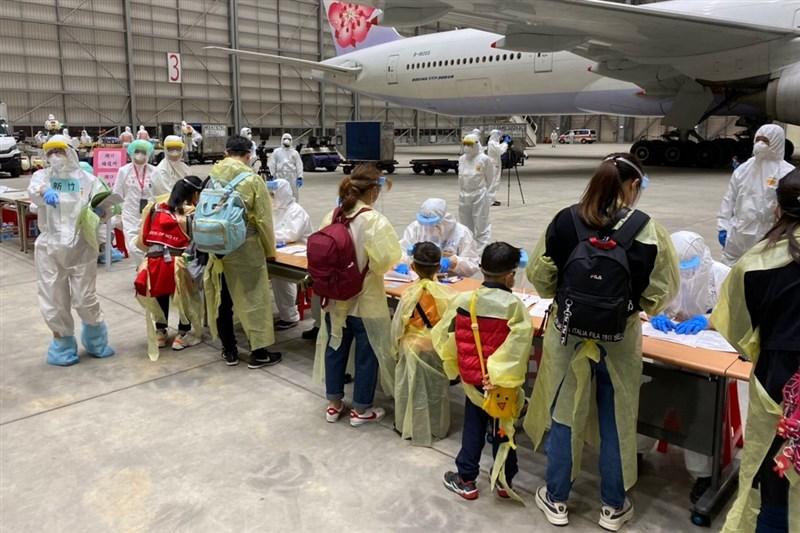 類包機旅客在班機落地後也在機棚內排隊並進行消毒及檢疫工作。(民眾提供)中央社記者吳睿騏桃園機場傳真 109年4月21日