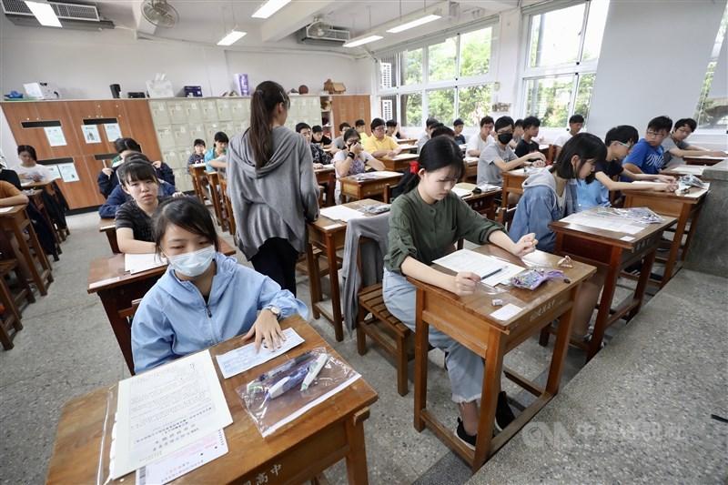 教育部21日表示,國中教育會考英語科的聽力測驗暫停施測,改為全部考閱讀測驗。圖為108年國中教育會考。(中央社檔案照片)