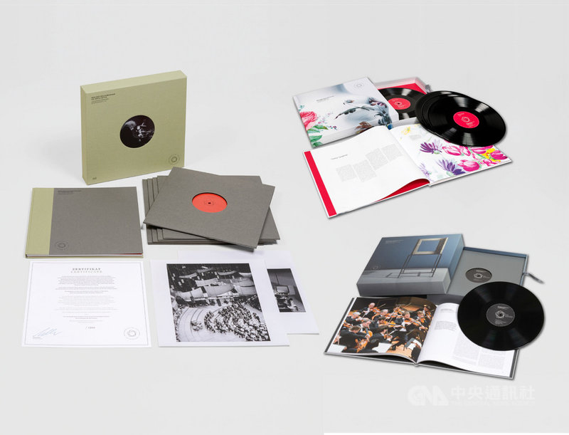 武漢肺炎疫情影響全球,無法巡演的柏林愛樂(Berliner Philharmoniker)除了數位音樂廳持續播映之外,也重推由前任首席指揮拉圖(Simon Rattle)與柏林愛樂合作的貝多芬交響曲全集黑膠唱片。(牛耳藝術提供)中央社記者趙靜瑜傳真  109年4月22日