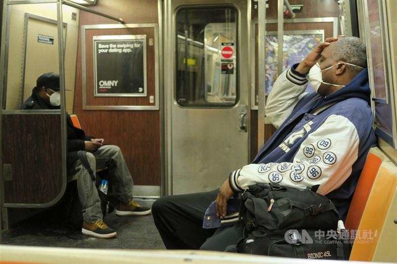 紐約州政府要求民眾在地鐵、公車等無法保持6英尺(約183公分)距離的公共場合以口罩等方式遮住口鼻。圖為紐約通勤族搭地鐵時配戴口罩。中央社記者尹俊傑紐約攝 109年4月19日