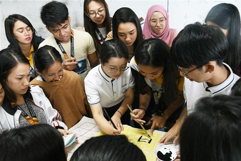 瑞典關閉境內所有孔子學院和孔子課堂,專家認為這代表瑞典與中國之間曾經的友好關係正迅速崩解。圖為中國學生到菲律賓考察孔子學院,並為菲律賓學生上漢語課。(中新社提供)