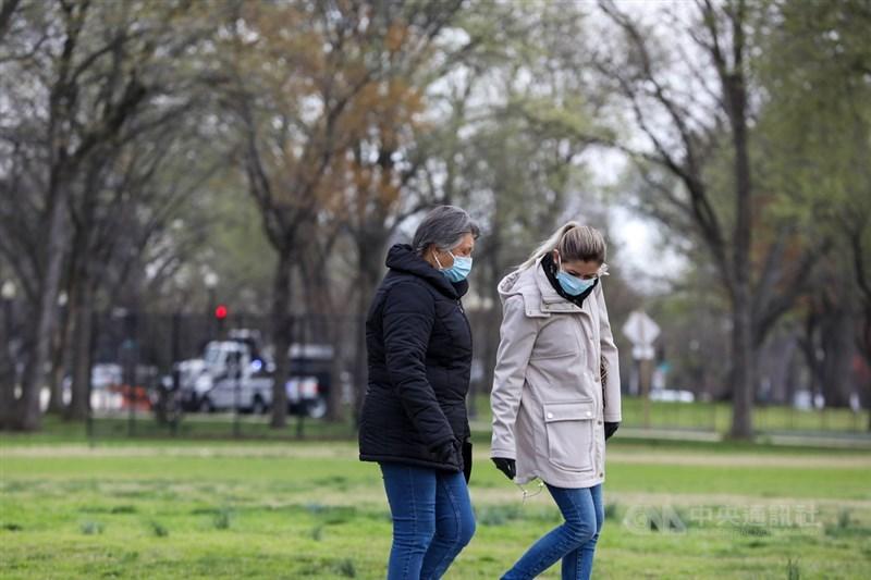 世界衛生組織22日表示,武漢肺炎將伴隨世人很長一段時間,多數國家目前仍在抗疫初期階段。與此同時,法新社統計的全球病歿人數已破18萬人。圖為美國民眾紛紛戴上口罩防疫。中央社記者徐薇婷華盛頓攝 109年4月5日