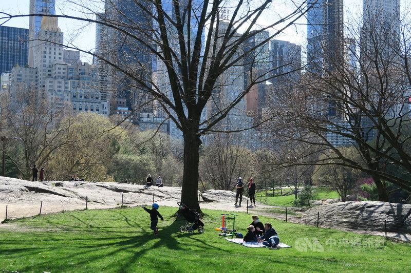 紐約州政府4月下令民眾須在無法保持6英尺(約183公分)社交距離的公共場合以口罩等方式遮住口鼻,在中央公園透氣的民眾紛紛戴起口罩。中央社記者尹俊傑紐約攝  109年4月23日