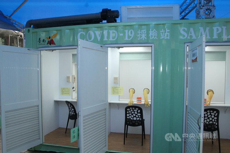 台南市政府衛生局製作可移動式的COVID-19貨櫃採檢站,採檢區與被採檢區完全密封式隔離,23日於衛生福利部台南醫院啟用。中央社記者楊思瑞攝 109年4月23日