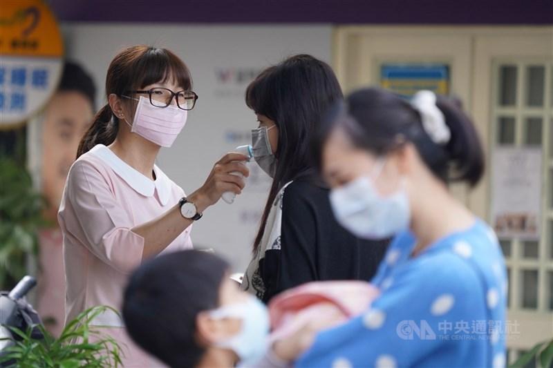 武漢肺炎延燒,民眾就醫意願降低。健保統計,全台首季就醫人數比2019年同期減少445萬人次,以西醫診所衝擊最大。(中央社檔案照片)