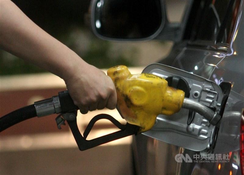 因應國際原油價格下降,汽、柴油27日起每公升分別大降1元及1.1元,95無鉛汽油每公升17.5元,將創民國96年浮動油價調整機制上路以來新低。(中央社檔案照片)