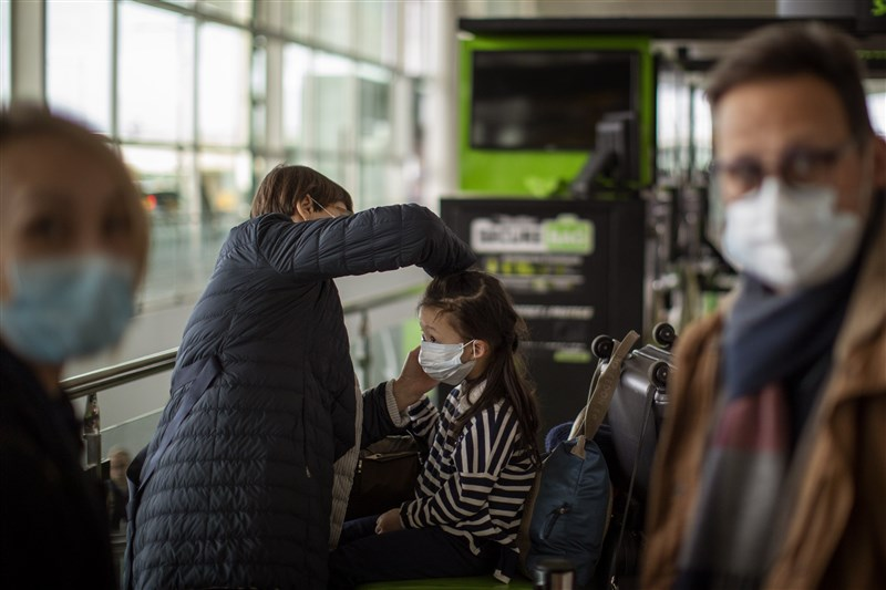 西班牙政府表決將封城措施延長至5月9日,但允許兒童短暫出外散步,為一個多月來首度放寬禁令,父母們紛紛鬆了一口氣。圖為西班牙民眾配戴口罩防疫。(美聯社)