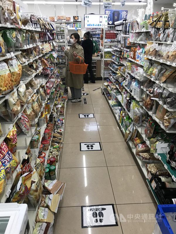 避免疫情擴散,東京超商地板設置標示,讓顧客等待結帳時保持距離。中央社記者楊明珠東京攝 109年4月23日
