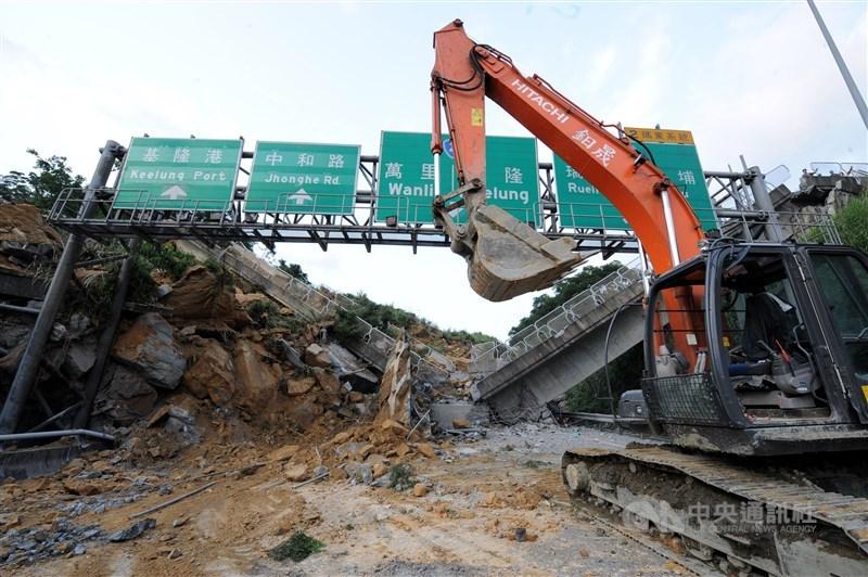 2010年4月25日,國道3號基隆七堵路段發生嚴重走山事件,造成4人罹難。(中央社檔案照片)