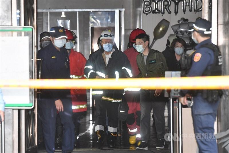 錢櫃KTV台北林森店26日發生火警,死傷慘重,台北市長柯文哲(中)下午也趕到現場,穿上消防衣進入火場了解起火原因等相關資訊。中央社記者林俊耀攝 109年4月26日