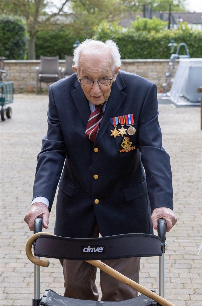 高齡100歲的英國二戰老兵摩爾(圖)2020年在自家花園繞行100圈,為醫護人員募得超過3000萬英鎊(約新台幣11億5000萬元)。但摩爾的女兒1月31日表示,父親確診武漢肺炎,目前已住院接受治療。(圖取自twitter.com/captaintommoore)