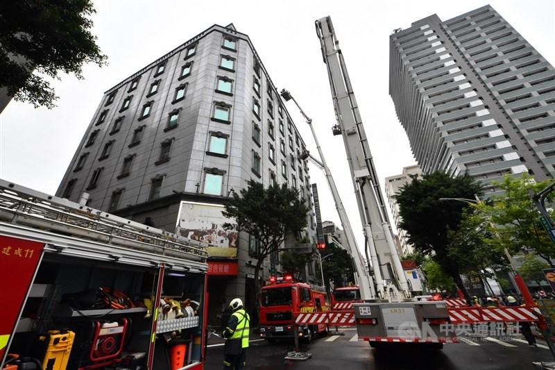 台北市錢櫃林森店26日驚傳火警,造成多人死傷。據調查發現,起火點為5樓儲藏室,正持續釐清起火原因。中央社記者林俊耀攝 109年4月26日