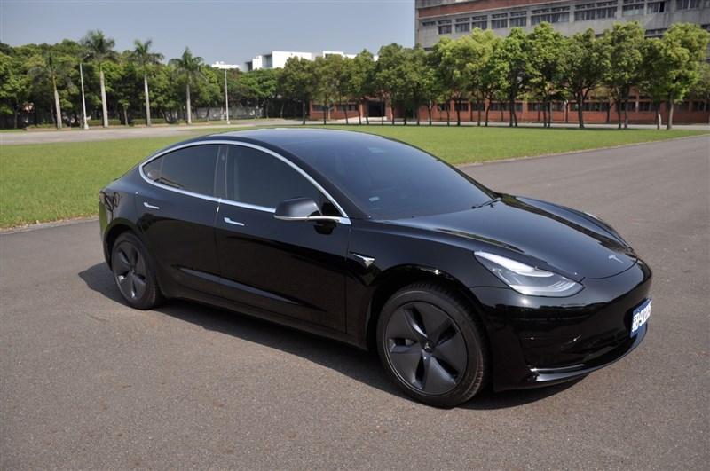 國軍向特斯拉採購6輛特斯拉Model 3電動車。根據特斯拉官網,Model 3從0加速到時速100公里只需要3.4秒,市價約新台幣160萬元。(憲指部提供)