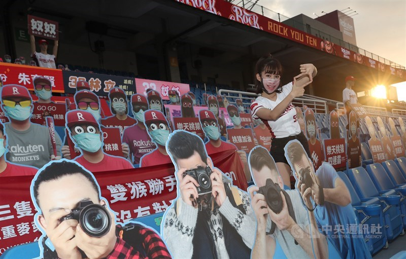 武漢肺炎疫情延燒,中華職棒31年球季閉門開打,樂天桃猿球團推動「新10號隊友計畫」,設置假人、機器人並開放球迷訂製人形立牌應援,其中也有拿著相機的人型看板。中央社記者張新偉攝 109年4月15日