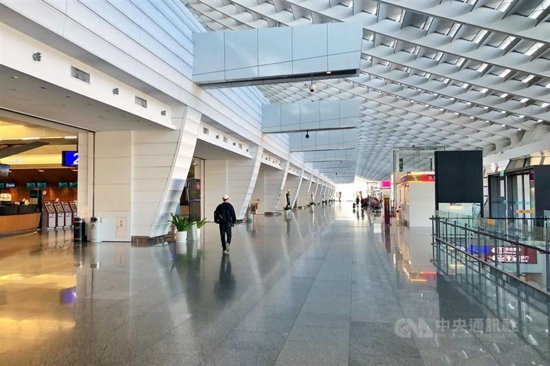 受到武漢肺炎疫情衝擊,2020年第1季來台旅客人次僅124.8萬人次。圖為桃園國際機場人潮零星。(中央社檔案照片)