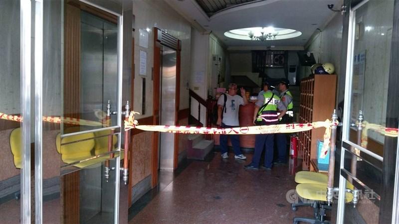台中市南區一家牙醫診所107年5月24日發生攻擊事件,賴姓男子持刀刺死王姓牙醫,還刺傷2名職員。圖為事發後警方拉起封鎖線。(中央社檔案照片)