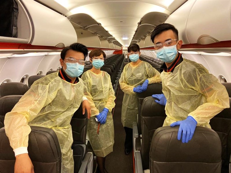 疫情衝擊之下,減售機位和提高票價恐成航空業新常態。廉航「捷星亞洲」表示,為了確保機上社交距離,每個航班的乘客座位數不會超過112個。圖為捷星航空機組員戴口罩。(圖取自facebook.com/JetstarAsiaAirways)