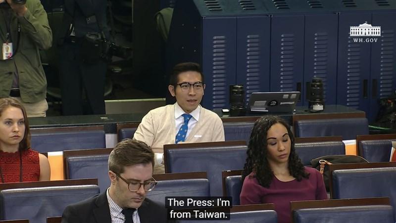 陸委會30日表示,已對37名任職中共黨政軍及相關機構的國人裁罰;有86人正在查處,其中包含因任職中國東方衛視駐白宮記者惹議的國人張經義(後中)。(圖取自The White House YouTube頻道網頁youtube.com)