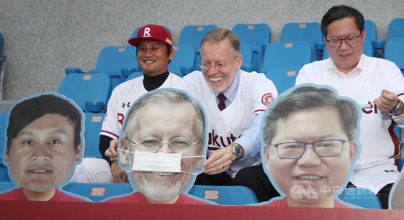 中華職棒賽事目前採閉門舉行,樂天桃猿隊在觀眾席設置應援假人看板引起熱議,美國在台協會(AIT)處長酈英傑(Brent Christensen)(左2)1日到場時,特別幫他的假人看板戴上口罩。中央社記者張新偉攝 109年5月1日