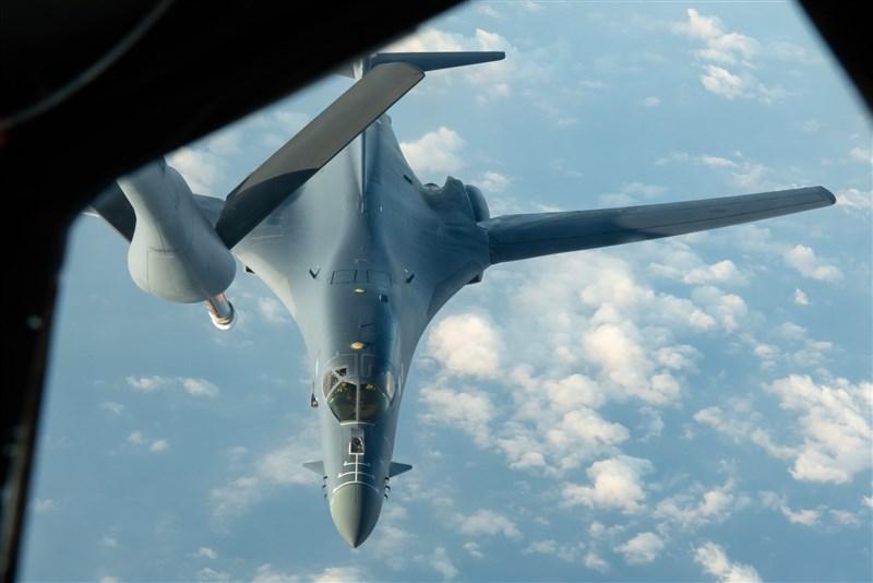 「飛機守望」4日顯示,美軍駐關島2架B-1B超音速戰略轟炸機飛向東海執行任務,略過台灣東北海域。(圖取自twitter.com/AircraftSpots)