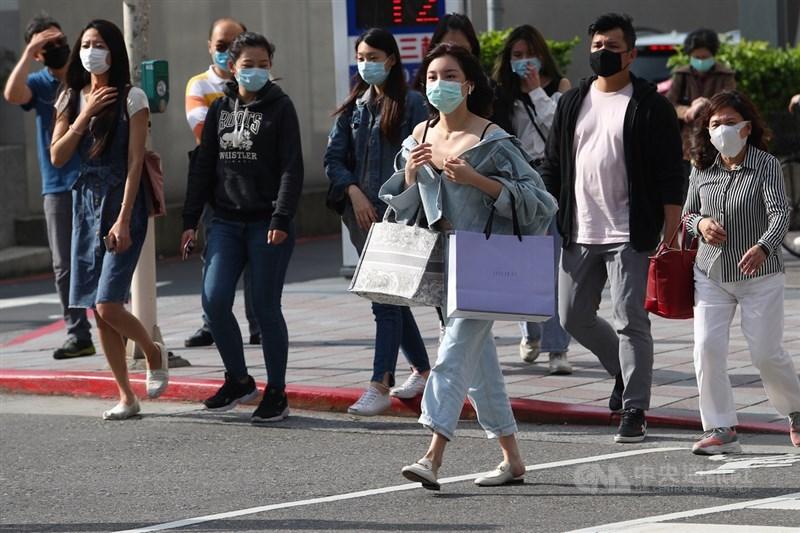 有人說武漢肺炎在台灣似乎不易傳播,專家張上淳2日表示,若健康的人跟確診者都有戴口罩,正面接觸下傳染機會可能僅1至2%。圖為台北街頭民眾戴口罩逛街。(中央社檔案照片)