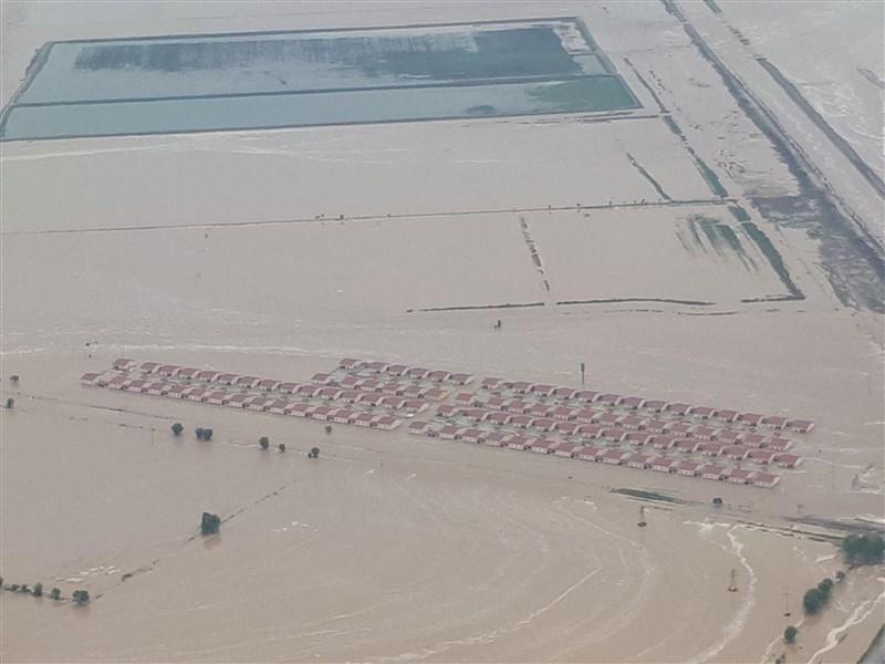 烏茲別克東部一座水庫在1日發生潰壩事故,大水摧毀農田並淹沒數以千計的民房,烏茲別克及哈薩克當局已經撤離了將近10萬人。(安納杜魯新聞社提供)