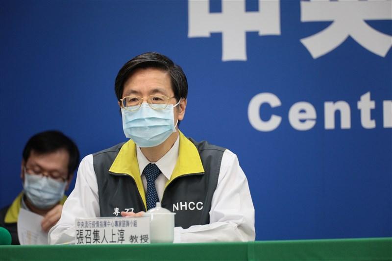 中央流行疫情指揮中心專家諮詢小組召集人張上淳(前)4日表示,台灣因為習慣戴口罩,是過去雖然有零星社區案例但沒有造成流行的重要原因。(中央流行疫情指揮中心)中央社