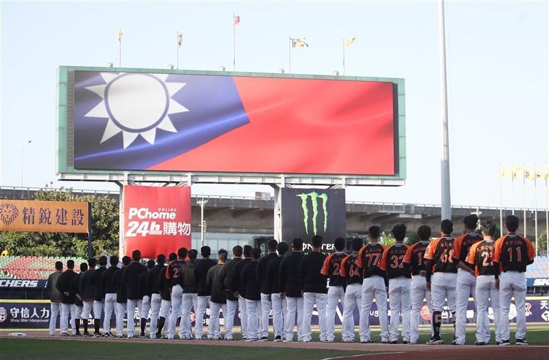 台灣率先全球開打的中華職棒受到國際矚目,紐約時報報導,中華職棒已成為疫情期間台灣舉國自豪的泉源。圖為4月12日中職開幕戰。(中央社檔案照片)