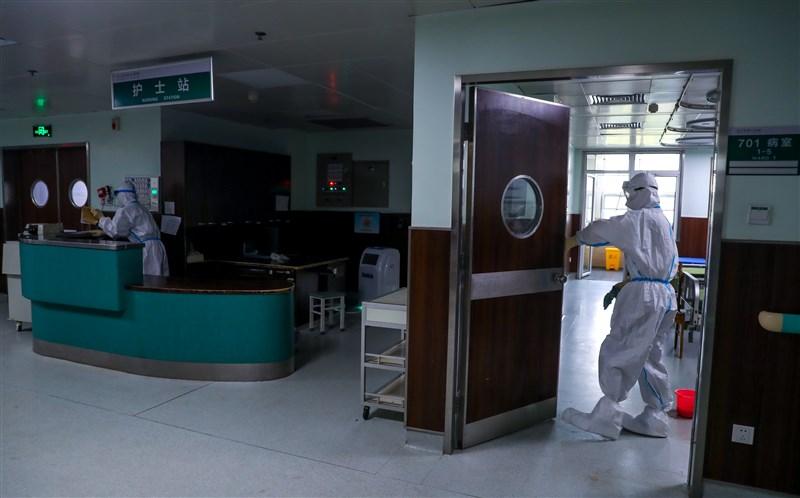 武漢多名市民因疫情喪生,當地居民張海4日在網路上發起籌款。圖為中國武漢一間醫院正進行消毒工作。(中新社提供)