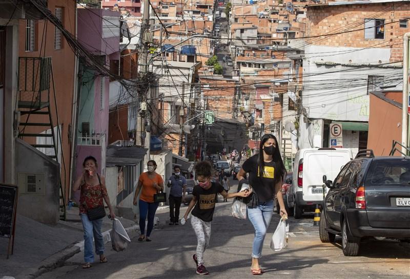 巴西衛生部9日數據顯示,境內2019冠狀病毒疾病死亡人數突破一萬人,是疫情最嚴重的拉丁美洲國家。圖為6日聖保羅街頭。(美聯社)