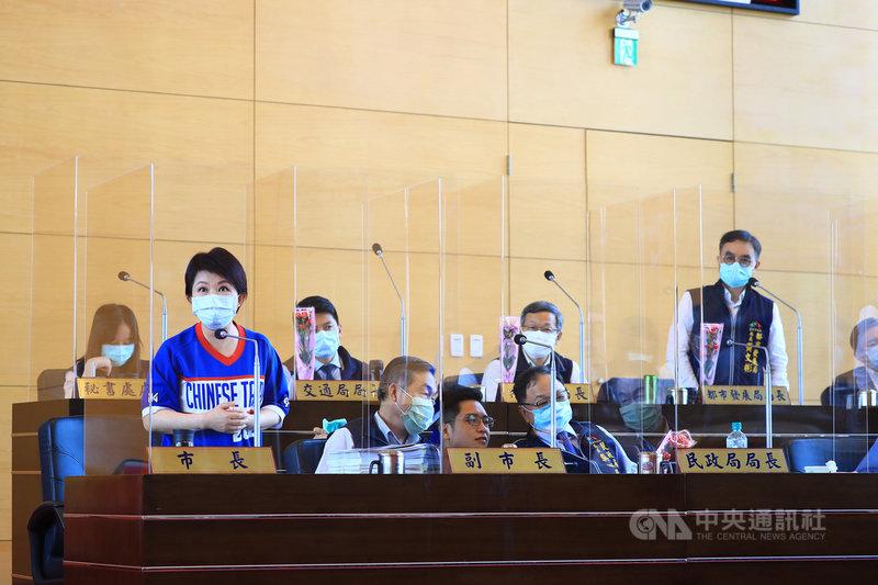 台中巨蛋興建案延宕多年,台中市長盧秀燕(前左1)8日在市議會答詢時表示,在她任內一定會邀請所有市議員參加巨蛋的動工典禮。中央社記者郝雪卿攝 109年5月8日