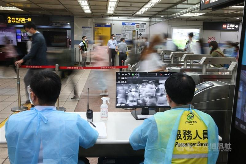 因應2019冠狀病毒疾病(COVID-19,武漢肺炎)疫情,台北捷運忠孝復興站透過紅外線熱顯像儀,即時偵測旅客體溫,持續把關做好防疫工作。中央社記者謝佳璋攝 109年5月7日