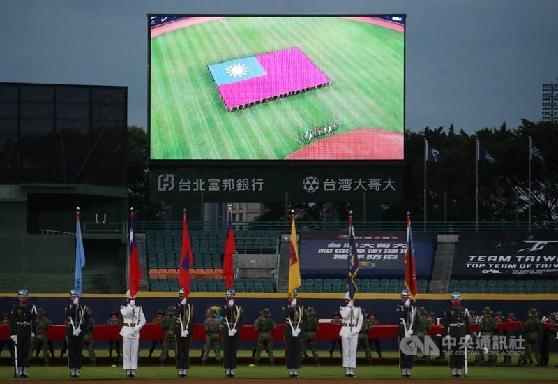 台灣防疫成功,職棒率先開放觀眾,受國際關注。球棒敲出安打的清脆聲響、看台上觀眾的歡呼聲令人稱羨之外,國軍在外野展開巨型國旗(圖)登上媒體版面。中央社記者張新偉攝 109年5月7日