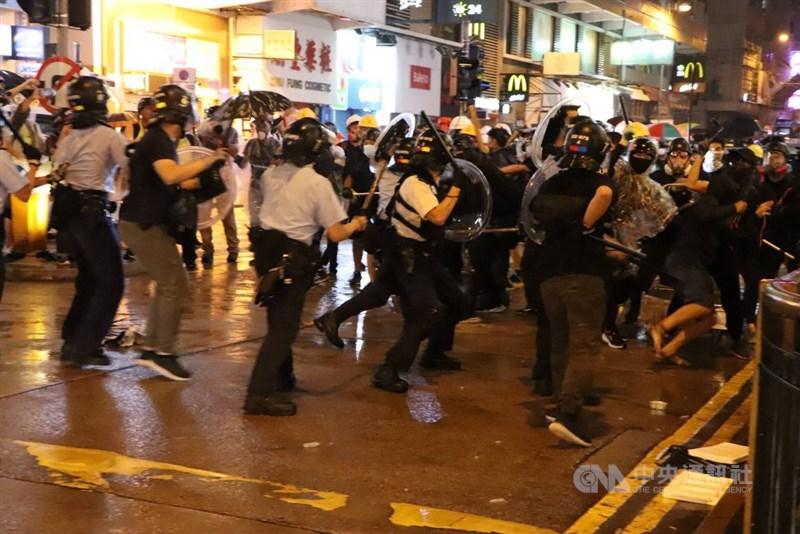 綜合港媒報導,一份香港警隊內部人事通告近日流出,共18名參與「鎮暴」的警察獲嘉獎,包括在2019年8月25日荃灣「鎮壓暴動」首名對天開槍的警長。圖為荃灣警民衝突場景。中央社記者張謙香港攝 108年8月25日