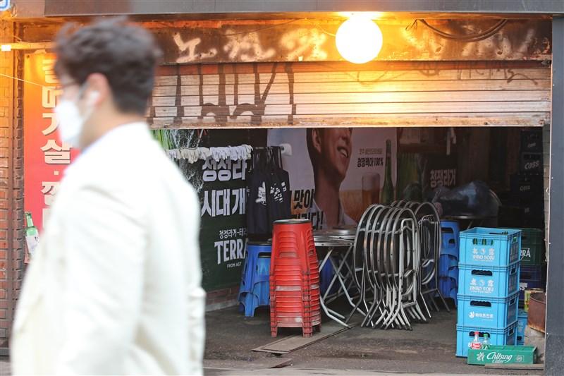 韓國截至10日凌晨零時,確診感染武漢肺炎新增34例。圖為韓國首爾一間酒吧因防疫令暫停營業。(韓聯社提供)