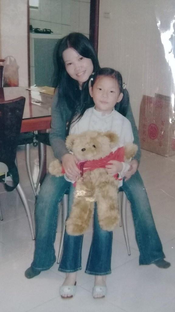印尼移工Dwi Setyowatiy大約2000年時在台灣當看護,與當時還是小朋友的台灣高中生許紫涵感情很深,許紫涵稱她是「第二個母親」,她還保留很多許紫涵小時候的照片,常常拿出來看。(Dwi Setyowatiy提供)中央社記者石秀娟雅加達傳真 109年5月10日