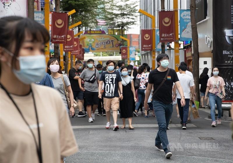 中央流行疫情指揮中心11日宣布,即日起到6月8日停辦室外500人以上,室內100人以上集會活動。圖為台北西門町逛街人潮。(中央社檔案照片)