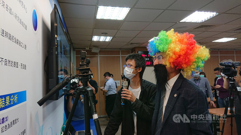 科技部長陳良基於記者會後,戴上各種偽裝,測試人臉辨識系統。中央社記者潘姿羽攝  109年5月11日