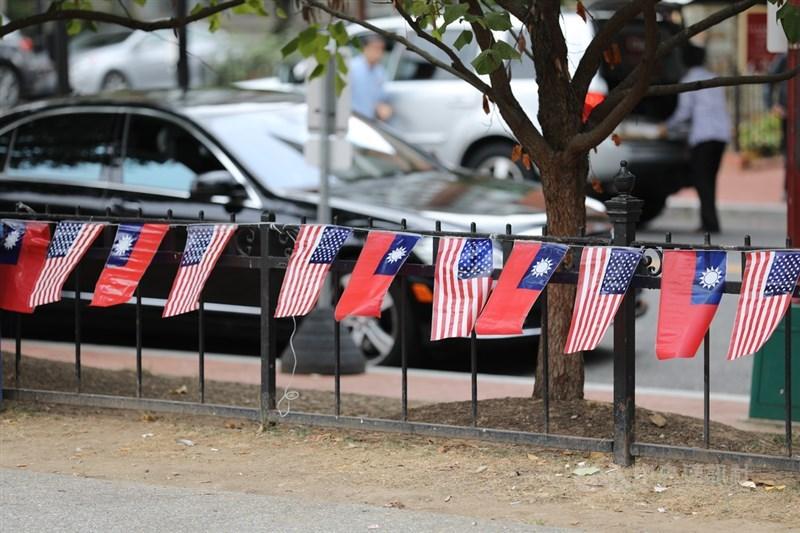 美國皮尤研究中心12日公布民調顯示,台灣人對美國有好感的比例為68%,對中國有好感的僅有35%,前者幾乎是後者的2倍。(示意圖/中央社檔案照片)