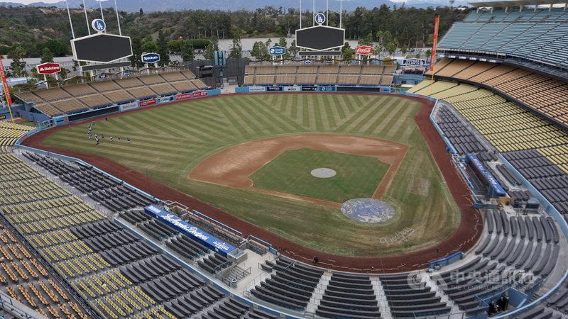 美國職棒大聯盟(MLB)初步計畫7月恢復比賽,不過按照加州禁止群聚的規定,包括道奇、天使、教士、巨人、運動家等5隊可能無法使用主場。圖為洛杉磯道奇主場。中央社記者林宏翰洛杉磯攝  109年5月12日