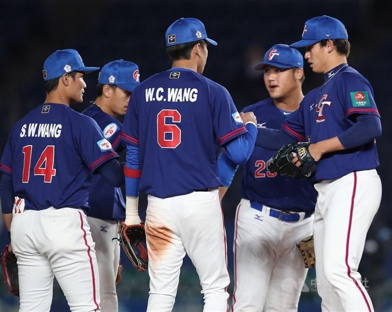 立委13日質詢建議,國際賽事球衣加註、放大Taiwan。體育署長高俊雄表示,只要符合相關規範,「我們都會樂見其成」。圖為2019年11月12日中華隊於日本千葉參加世界12強棒球賽複賽。(中央社檔案照片)