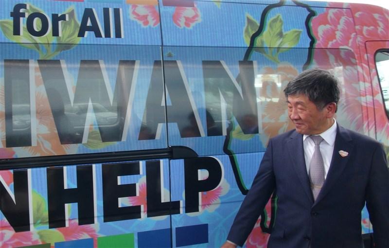 13日台灣參與世界衛生組織議題,再度出現在加拿大最高政治舞台。圖為衛福部長陳時中在2019年世界衛生大會場外與宣傳文宣合照。(中央社檔案照片)