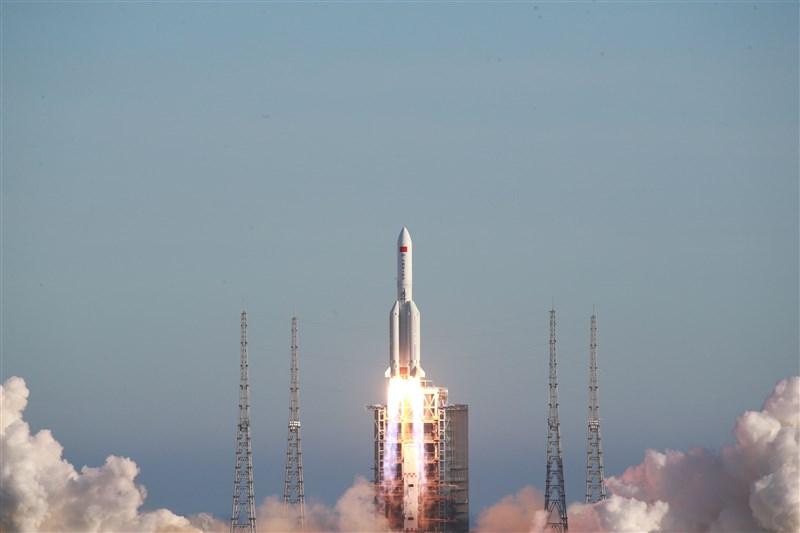 中國5日發射「長征五號B」,外媒報導,「長征五號B」運載火箭的殘骸自太空中墜落,疑似擊中西非國家象牙海岸的村莊。(中新社提供)
