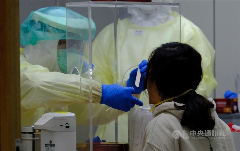 武漢肺炎疫情期間,紐約時報記者秦穎3個月內在美國、中國與台灣共4座城市接受隔離。她稱讚台灣檢疫流程細緻且有效率。圖為機場人員對入境者檢疫。中央社記者邱俊欽桃園機場攝 109年3月22日